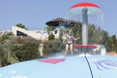 Девушка играя на влажном бассеине игры пузыря Стоковые Фото