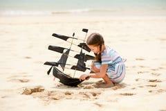 Девушка играя на змее корабля летания пляжа Ребенок наслаждаясь летом Стоковые Фото