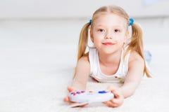 Девушка играя на консоли игры стоковая фотография rf