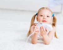 Девушка играя на консоли игры стоковые изображения rf