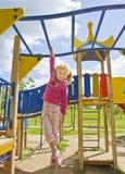 Девушка играя на лестнице спорта Стоковая Фотография