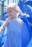 Девушка играя на скольжении на спортивной площадке Стоковое Изображение