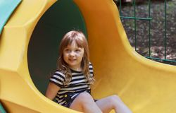 Девушка играя на спортивной площадке стоковые фотографии rf