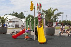 Девушка играя на спортивной площадке в парке Сочи олимпийском Стоковые Изображения RF
