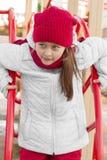 Девушка играя на спортивной площадке Стоковое Изображение RF