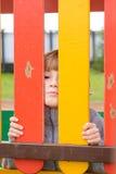 Девушка играя на спортивной площадке Стоковое Фото