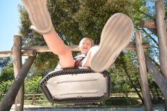 Девушка играя на спортивной площадке Стоковая Фотография