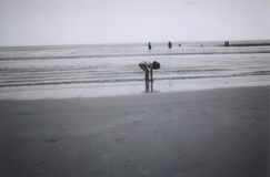 девушка играя песок Стоковое фото RF