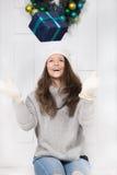 Девушка играя подарок Стоковая Фотография