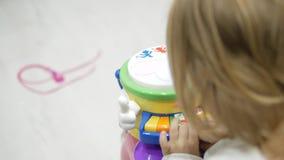 Девушка играя рояль детей видеоматериал