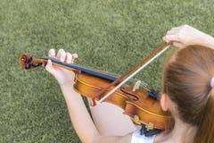Девушка играя скрипку стоковые фотографии rf