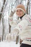 Девушка играя снежные комья в зиме стоковое фото