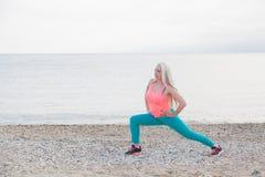Девушка играя спорт на пляже Стоковое Изображение RF