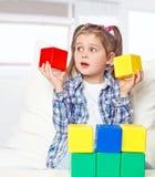 Девушка играя с блоками Стоковые Фотографии RF