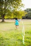 Девушка играя с змеем в парке Стоковое Фото