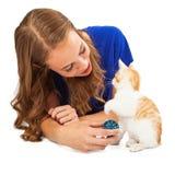 Девушка играя с котенком спасения стоковое изображение rf