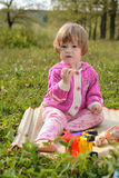 Девушка играя с куклами в луге Стоковое Фото