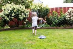 Девушка играя с пузырями мыла в красивом саде Стоковое Изображение RF