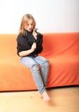 Девушка играя с пуловером Стоковое Фото