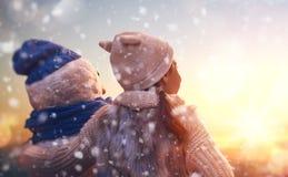 Девушка играя с снеговиком Стоковая Фотография