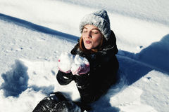 Девушка играя с снегом в парке Стоковые Фото
