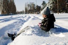 Девушка играя с снегом в парке Стоковое Фото