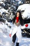Девушка играя с снежком в парке Стоковое Изображение