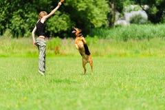 Девушка играя с собакой Стоковые Изображения RF