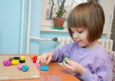 Девушка играя с тестом игры - пластилином Стоковые Изображения