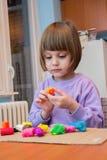 Девушка играя с тестом игры - пластилином Стоковые Фотографии RF