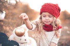 Девушка играя с украшениями рождества Стоковые Изображения