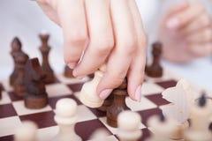 Девушка играя шахматы стоковые изображения rf