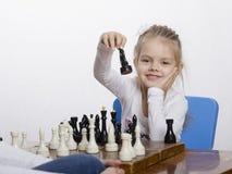 Девушка играя шахмат в хорошем настроении Стоковое Фото