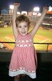 девушка игры бейсбола немногая стоковая фотография