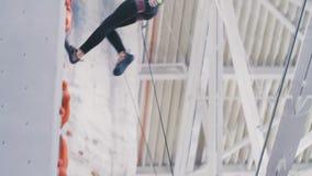 Девушка идет вниз с веревочки акции видеоматериалы