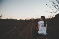 Девушка идет в заход солнца vinales Кубы Стоковое Фото
