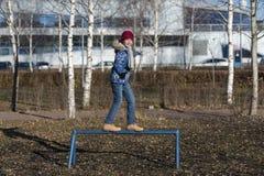Девушка идет в парк осени стоковая фотография rf
