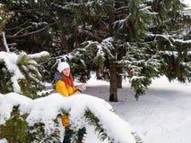 Девушка идет в покрытый снег парк стоковое фото rf