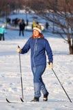 девушка идет кататься на лыжах Стоковые Изображения
