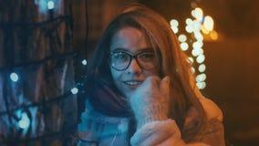 Девушка идет на зиму справедливо Стоковое Фото