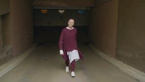 Девушка идет подземной автостоянкой акции видеоматериалы
