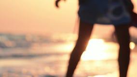 Девушка идет по побережью океан : видеоматериал