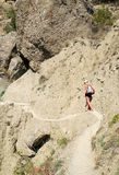 девушка идет след горы узкий Стоковое Фото