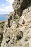 девушка идет след горы узкий Стоковые Фотографии RF