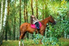 Девушка идет с ее любимой лошадью Стоковое Фото