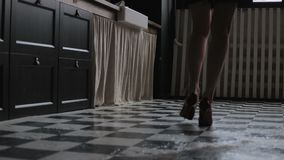Девушка идя вниз с темного коридора сток-видео