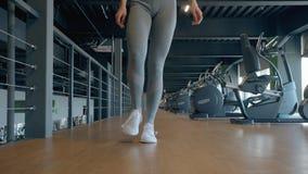 Девушка идя внутри спортзала в современном спортивном центре сток-видео