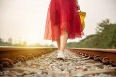 Девушка идя на железную дорогу самостоятельно стоковые изображения rf