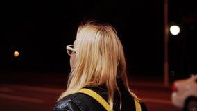 Девушка идя на красивую улицу ночи Света ночи выравнивать прогулку видеоматериал