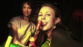 Девушка лижет бутылку в клубе на партии видеоматериал